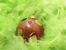 Piume e sfera verdi di Christmass fotografia stock