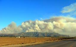 Piume massicce del fumo dell'incendio del sottobosco immagini stock libere da diritti