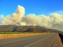 Piume massicce del fumo dell'incendio del sottobosco immagini stock