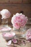 Pivoine rose de sel de fleur pour la station thermale et l'aromatherapy Photographie stock libre de droits