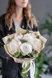 Pivoines blanches chez les mains de la femme Belle fleur fraîche de pivoine pour le catalogue ou le magasin en ligne Concept flor photographie stock