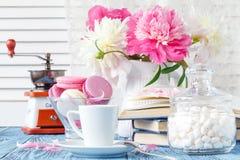 Pivoines dans le vase sur la lumière de matin Image libre de droits