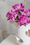 Pivoines roses dans le vase photographie stock libre de droits