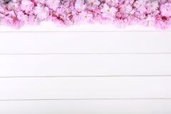 Pivoines roses renversantes sur le fond en bois rustique blanc Photographie stock