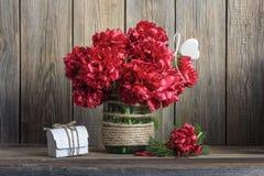 Pivoines rouge foncé dans un pot en verre décoré Images stock
