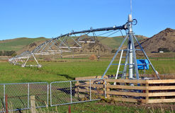 Pivot Irygacyjna maszyna na gospodarstwie rolnym w Północnym Canterbury Zdjęcie Royalty Free