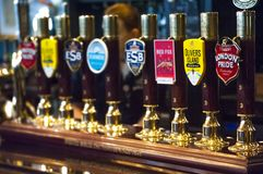 Piw klepnięcia w Brytyjskim pubie zdjęcie royalty free