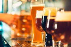 Piw klepnięcia w pubie Zdjęcie Royalty Free