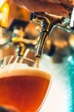 Piw klepnięcia w pubie Fotografia Stock