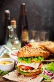 piwa deskowego hamburgeru wyśmienicie hamburgeru nieociosany położenie drewniany Fotografia Royalty Free