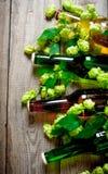 Piwa i zieleni chmiel głębii pola płycizny stół drewniany Obrazy Stock