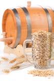 Piwna baryłka z piwnym szkłem Zdjęcia Royalty Free
