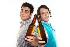 Piwna butelka w rękach przyjaciele Obraz Stock