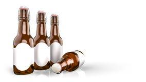 Piwna butelka z pustą etykietki stroną strona - obok - Obraz Royalty Free