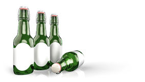 Piwna butelka z pustą etykietki stroną strona - obok - Fotografia Royalty Free