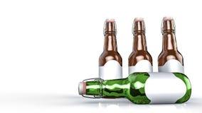 Piwna butelka z pustą etykietki stroną strona - obok - Obrazy Royalty Free