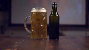 Piwna butelka z szkłem zdjęcie wideo
