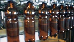 Piwne butelki wypełniać przy browarem, zakończenie w górę zbiory