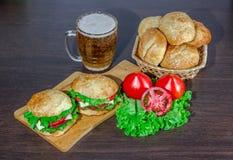 Piwne i domowej roboty hamburger babeczki z wołowina pasztecików świeżymi sałatkowymi składnikami Obrazy Stock
