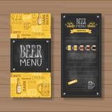 Piwnego menu Ustalony projekt Dla Restauracyjnego Cukiernianego pubu Piszącego kredą Na Drewnianym Textured tle ilustracji