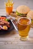 Piwni i domowej roboty hamburgery i dłoniaki fotografia stock
