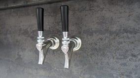 Piwny klepnięcia srebro shinny czarną rękojeść, przygotowywającą nalewać, zdjęcia royalty free