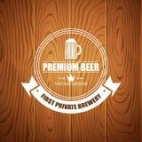 Piwny logotyp dla piwo domu, browarniana firma, restauracja, pub, bar na drewnianym tle Obrazy Royalty Free