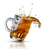Piwny pluśnięcie w szkle odizolowywającym na bielu zdjęcia stock