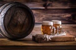 Piwo Dwa zimnego piwa Szkicu piwo Szkicu ale złotego piwa Złoty Ale Dwa złota piwo z spienia na wierzchołku Zdjęcie Royalty Free