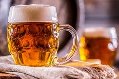 Piwo Dwa zimnego piwa Szkicu piwo Szkicu ale złotego piwa Złoty Ale Dwa złota piwo z spienia na wierzchołku Zdjęcia Royalty Free