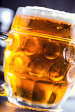 Piwo Dwa zimnego piwa Szkicu piwo Szkicu ale złotego piwa Złoty Ale Dwa złota piwo z spienia na wierzchołku Szkicu zimny piwo w s Zdjęcie Stock