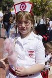piwo, IZRAEL - dziewczyna ubierająca jako izraelita pielęgniarki z jadalną różową wełną Zdjęcie Royalty Free