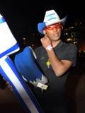 piwo IZRAEL, Kwiecień, - 2012: Facet z Izraelicki chorągwiany nadmuchiwanym na dniu niepodległości w piwie, Izrael Zdjęcia Royalty Free