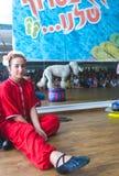 piwo, IZRAEL, Lipiec 25, dziewczyna w czerwonym Japońskim kimonie z wiankiem na jego głowie - 2015 w Izrael Obrazy Stock