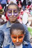 piwo IZRAEL, Marzec, - 5, 2015: Dwa ciemnoskóra nastoletnia dziewczyna w drelich sukni z motyla makeup na ich twarzach - Purim Zdjęcie Royalty Free