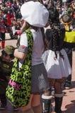 piwo IZRAEL, Marzec, - 5, 2015: Dziewczyna w białego kostiumu kucharza wielkim round kapeluszu z zieloną torbą z teksta plecy - P Fotografia Stock