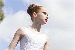 piwo IZRAEL, Marzec, - 5, 2015: Gimnastyczki dziewczyna w biel sukni na ulicie - Purim Obrazy Royalty Free