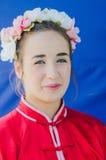 piwo, IZRAEL - portret piękna dziewczyna w wianku i szkarłatnym kimonie na błękitnym tle, Lipiec 25, 2015 Obraz Royalty Free