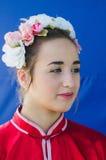 piwo, IZRAEL - portret piękna dziewczyna w wianku i szkarłatnym kimonie na błękitnym tle, Lipiec 25, 2015 Zdjęcie Stock