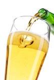 Piwo nalewa w szkło obraz stock