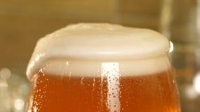 Piwo nalewa w szkło piankowi wzrosty zbiory wideo