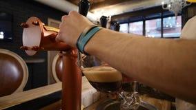 Piwo nalewa w wędkującego szkło Porter, światło, Unfiltered piwo, przygotowywający pić piwo zdjęcie wideo