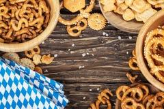 Piwo przekąski na drewnianym stole Bawarska oktoberfest pielucha Odgórny v obrazy stock