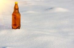 Piwo w klingeryt butelkach na śniegu Zdjęcie Stock
