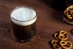 Piwo w szkle na drewnianym stole obraz stock