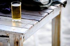 Piwo w szkle na drewnianym stole Obraz Royalty Free