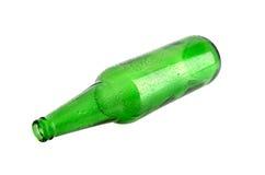 Piwo w zielonej butelce odizolowywającej na białym tle Zdjęcia Stock