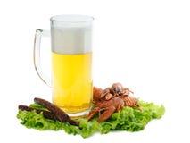 Piwo z rakowym i kiełbasami obraz stock