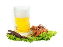 Piwo z rakowym i kiełbasami fotografia stock