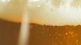 piwo za bąbla bąbli zbliżenia froth szkła światłem zbiory wideo